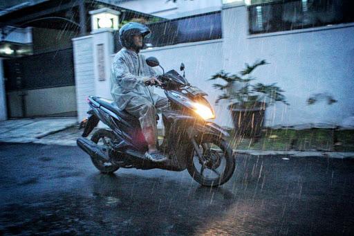 Perlengkapan Yang wajib Ada Saat Berkendara Musim Hujan