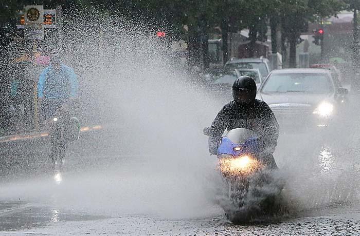 Trik Lewati Genangan Air Supaya Aman Saat Hujan Deras