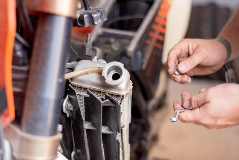 Sebaiknya Air Radiator Motor Diganti Apa Ditambah