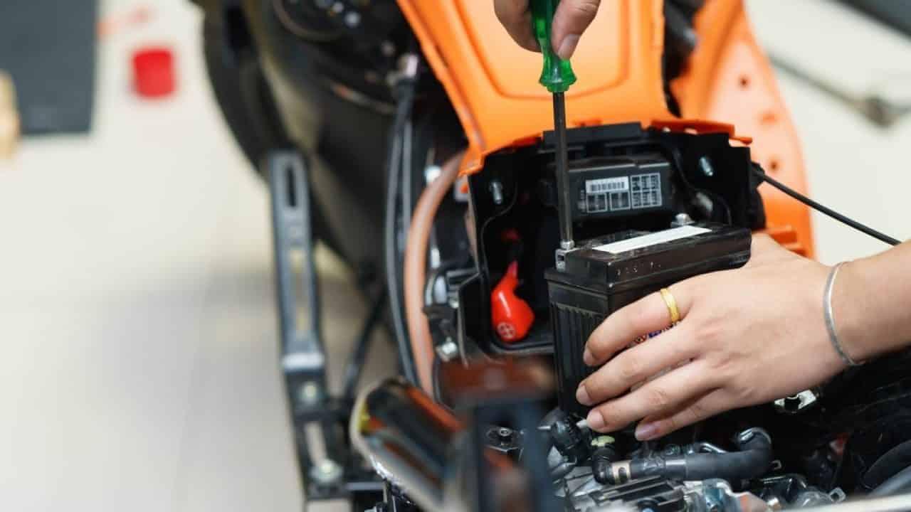 Tips Cara Merawat Aki Kering Pada Motor Supaya Awet