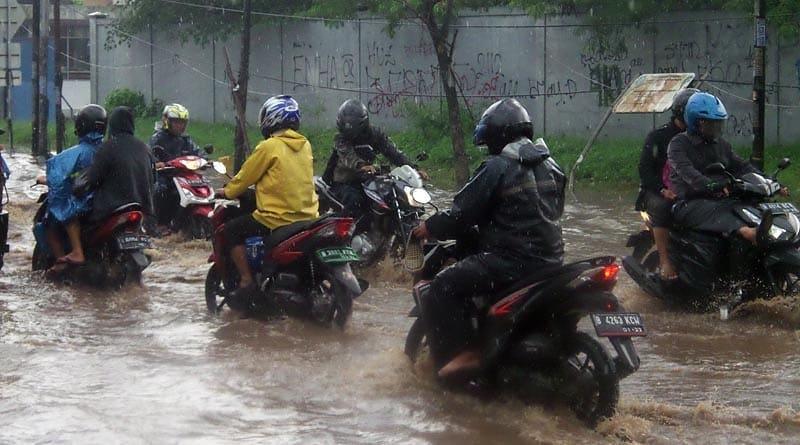 Terobos Banjir Pakai Motor Matic Tetap Aman, Begini Aturannya