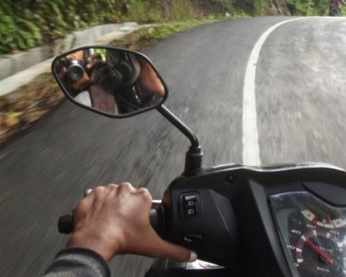 Cara Kendalikan Motor Matic di Jalan Menurun