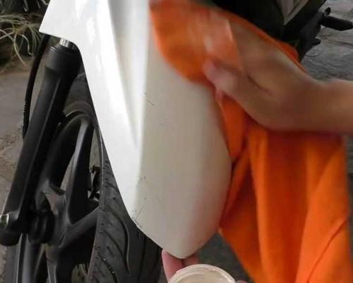 Cara Menghilangkan Bekas Stiker di Bodi Motor