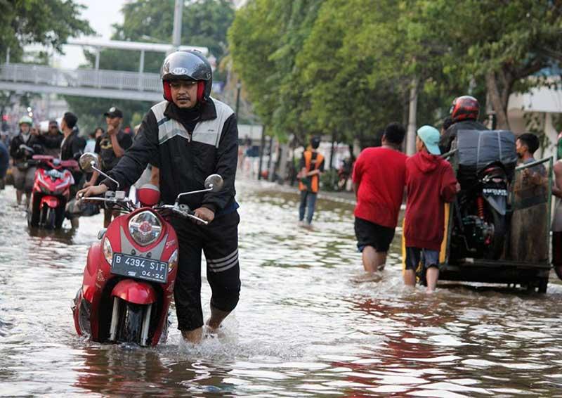 Begini Cara Mengatasi Motor Mogok Usai Terobos Banjir