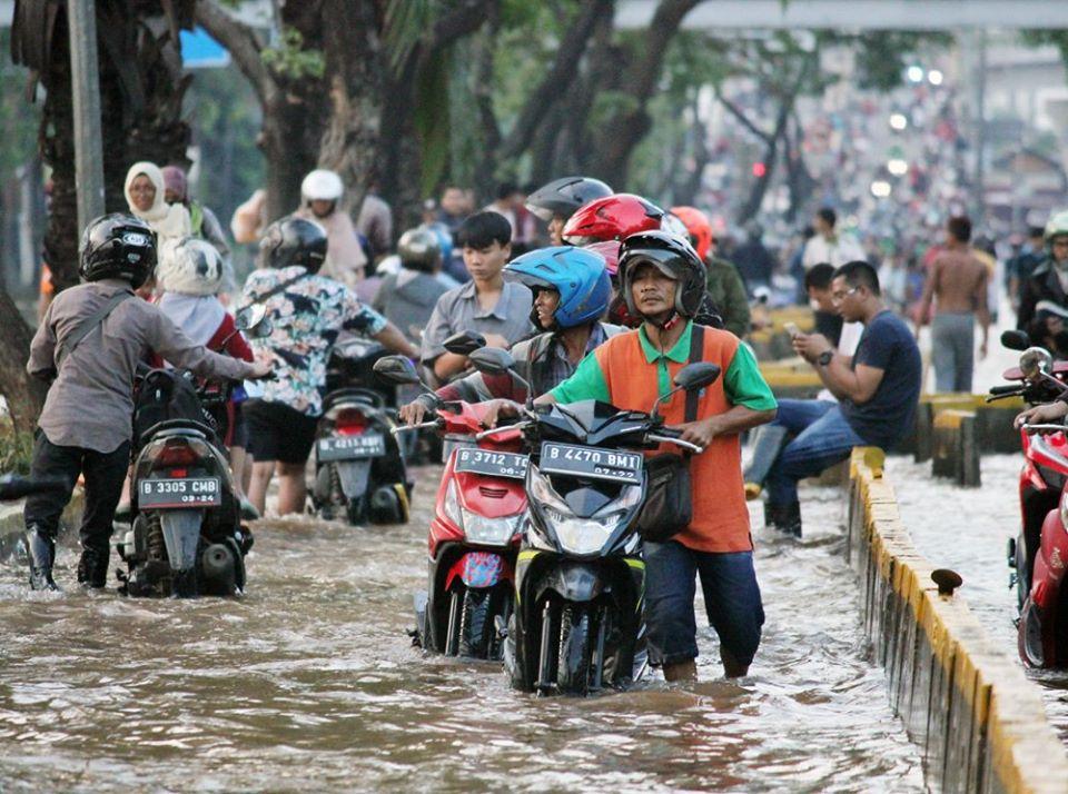 Begini Penanganan Pertama Jika Motor Mogok Karena Banjir