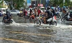 Cara Supaya Aman Menerobos Banjir Menggunakan Sepeda Motor