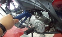 Apa Dampak Ganti Oli Mesin Motor Disemprot Angin Kompresor