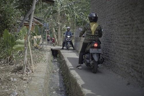 Cara Berkendara Melewati Jalan Sempit Supaya Aman