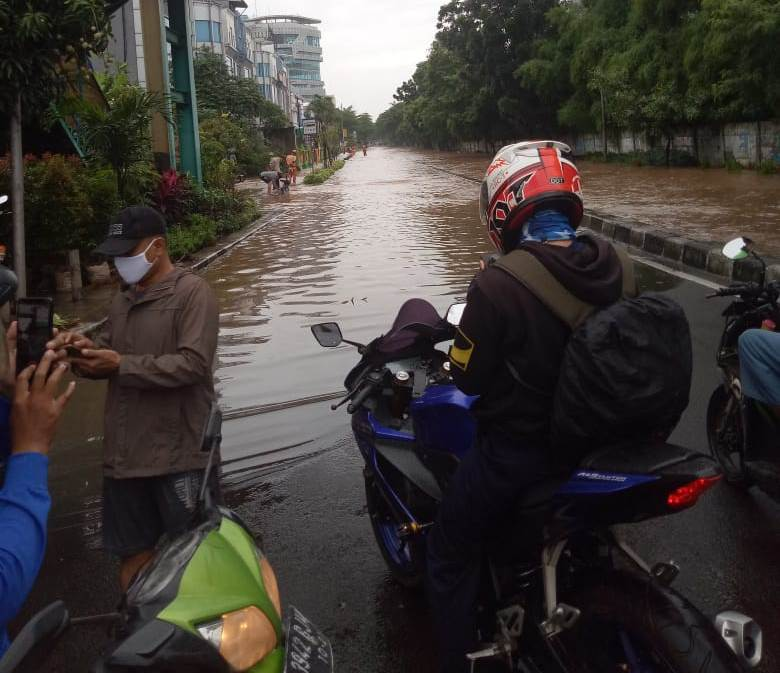 Cara Supaya Aman Saat Berkendara di Jalan yang Berlubang dan Bergelombang