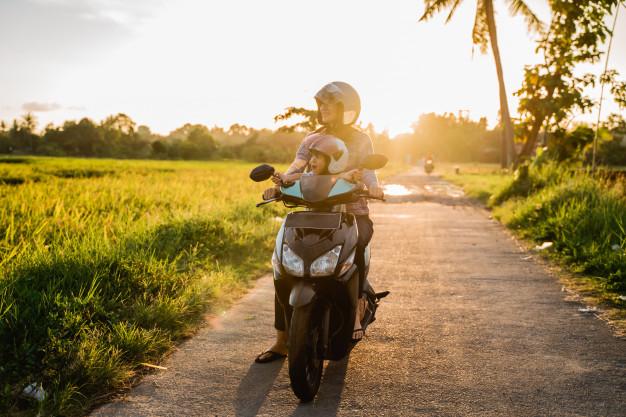 Mau Bonceng Anak Kecil Saat Mengendarai Motor, Simak Tipsnya Supaya Aman