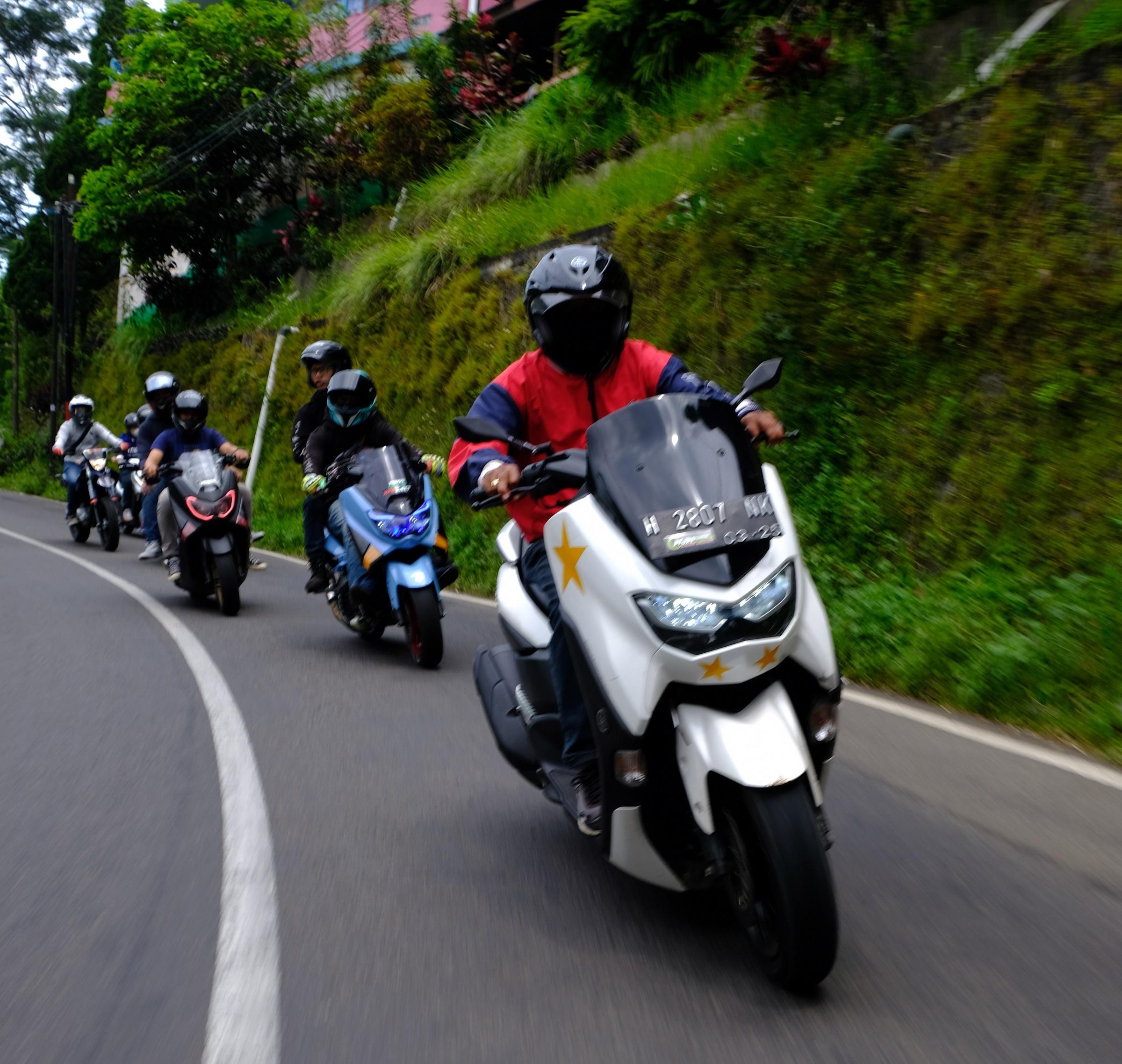 Tips Melewati Jalan Berbelok Saat Touring Motor